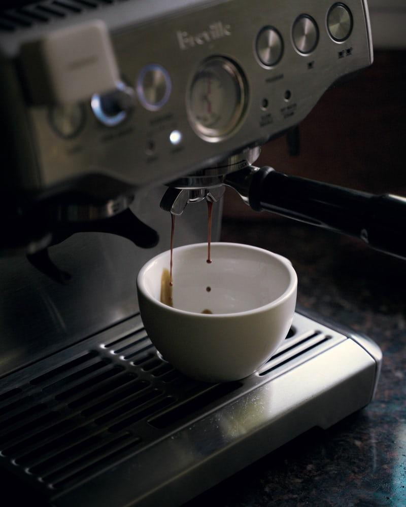 creer-un-cafe-de-style-barista-a-la-maison-avec-breville-1