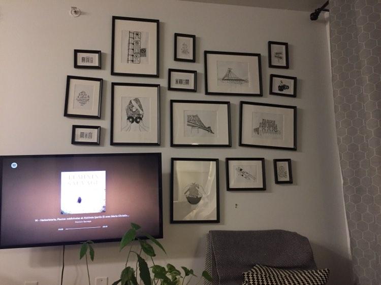 Une jolie déco autour de la télévision-mur de cadres